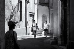 Balade sous le soleil d'Arles (Touristos) Tags: ombresetlumière rencontresphotographiques streetphoto 2018 arles ville chaleur photographies afsdxnikkor1680mmf284eedvr afs dx nikkor 1680mm f284e ed vr