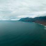 Ocean surrounding mountain range in an island / Umgebender Gebirgszug des Ozeans in einer Insel thumbnail