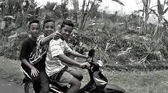 Bali, young guys on the road (Sush DG) Tags: bali indonésie indonésia scooter 3 young jeune pouce super fun funny drôle marrant content sourir joie bonne hummeur road noir blanc black white vacance trip travel asie locomotion moto