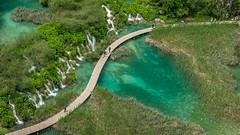 leading line (hjuengst) Tags: plitvicerseen lake kroatien croatia fromabove vonoben steg footbridge weg path kurve curve green grün turquoise türkis waterfall wasserfall