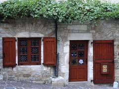 (Cherryl.B) Tags: façade pierre maison fenêtres windows fenster porte tür door volets bois végétation ruelle