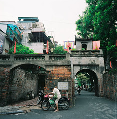 (Hanoi L i f e A r t) Tags: tuanducpham hanoi hanoilifeart vietnam culture asian people ngc travel filmphoto analogphoto mediumformat nadarlab 120mm hasselblad fujins160 6x6 50cf