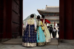 view to the palace (alexhaeusler) Tags: seoul korea palace traditional street people