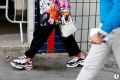 Close up - Paris Fashion Week Menswear SS19 (6) (Marie-Paola Bertrand-Hillion) Tags: basketschaussures detail plastique sacamain streetlook
