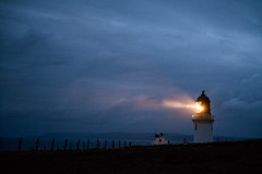 dunnet head lighthouse II, scotland (Tafelzwerk) Tags: dunnetheadlighthouse dunnethead lighthouse leuchtturm fuji xt2 leuchtfeuer bonfire light signal lightsignal highlands lowlands scotland schottland thurso night nacht clouds wolken licht 35mm coast küste klippen cliffs berge mountain mountainside