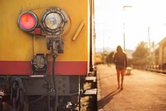 Le petit train jaune (Nathalie Le Bris) Tags: petittrainjaune train tren railway backlight contraluz contrejour amarillo transportepúblico lvm