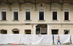 Closing Time (CoolMcFlash) Tags: vienna street streetphotography front decay building restaurante sperl facade fujifilm xt2 person wien strase verfall gebäude fassade fotografie photography restaurant closed xf1024mmf4 r ois city stadt