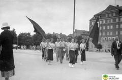 tm_4824 (Tidaholms Museum) Tags: svartvit positiv kaserngård soldat militär 1940talet flagga