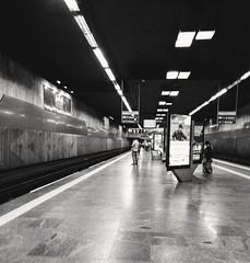 sempre se espera (luyunes) Tags: metrô metropolitan streetscene streetphotography streetphoto streetshot subway metrôrio cenaderua fotografiaderua fotoderua luciayunes mobilephoto motozplay riodejaneiro