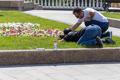 Touristen fotografieren Blumen mit dem Handy (marcoverch) Tags: fusball fans deutschland fusballwm football wm2018 moskau russland2018 moskva russland ru people menschen park flower blume garden garten child kind outdoors drausen adult erwachsene lawn rasen bench bank cemetery friedhof street strase man mann recreation erholung summer sommer portrait porträt competition wettbewerb one ein grass gras military militär war krieg noiretblanc flickr festival new ice moon plane sunlight home touristen fotografieren blumen handy