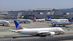 United Airlines (N26952) (A Sutanto) Tags: sfo ksfo airport san francisco plane spotting united ua airlines airliner boeing b787 b789 dreamliner tarmac terminal gates n26952