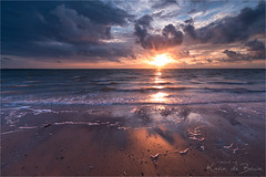 Peaking Sun! (karindebruin) Tags: brouwersdam nederland noordzee northsea ouddorp thenetherlands zonsondergang zuidholland clouds water wolken
