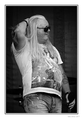 The One and Only (Seven_Wishes) Tags: newcastleupontyne northshields canoneos5dmarkiv canonef70200mmf28lisii jo outdoor photoborder group rockers people portrait music musicians singer vocalist thismachine coverbandnormanmcglen bw mono blackandwhite monochrome ink tattoos sunglasses 2017
