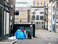 Tottenham Mews. 20180811T16-00-20Z-P8110479 (fitzrovialitter) Tags: peterfoster fitzrovialitter city camden westminster streets rubbish litter dumping flytipping trash garbage urban street environment london fitzrovia streetphotography documentary authenticstreet reportage photojournalism editorial captureone olympusem1markii mzuiko 1240mmpro microfourthirds mft m43 μ43 μft geotagged oitrack homeless vagrant tent