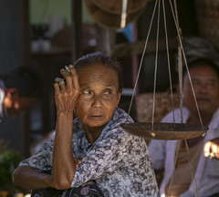 La mirada (Nebelkuss) Tags: myanmar nyaungshwe lagoinle inlelake asia birmania burma mercado market mirada look mingalaba rostro face retrato portrait fujixt1 canonfd100f28