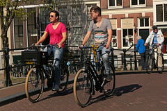 Leidsegracht - Amsterdam (Netherlands) (Meteorry) Tags: europe nederland netherlands holland paysbas noordholland amsterdam amsterdampeople candid streetscene people centrum centre center leidsegracht keizersgracht bicycle bicyclette cyclists vélo bike men man homme guy male friends mates dutch pink rose jeans printemps spring sunglasses may 2018 meteorry