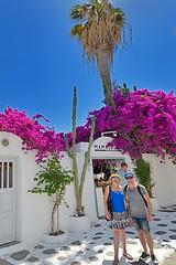 En pareja mucho mejor en Mikonos (roli_photos) Tags: pareja dos palmera flres rosa blanco azul turistas mikonos grecia nikon d600 calle