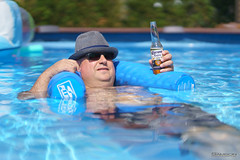 Placement de produit/Product Placement (guysamsonphoto) Tags: guysamson hommeàchapeau manwithahat corona bière beer piscine swimmingpool farniente dolcevita bokeh dof profondeurdechamp summer été chaleur heat