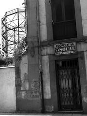 Muy bien con SOCAL (NikolaTesla-genio) Tags: decay decadencia oviedo asturias blanco y negro arquitectura fantasma urbanismo urbex ruina abandono ochenta