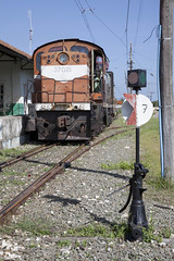 Tren (abbey j) Tags: cuba camilocienfuegos hershey tren eléctrico train electric orange naranja anaranjado 7 seven siete azul rieles rails ferrocarril railway historic histórico history historia antigüedad antique signal station estación railroad engine mayabeque