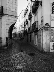 Photo de rue (KevCab) Tags: photography street rue rua do regedor lisboa lisbonne lisbon portugal bw black white noir et blanc photo maison house casa pavés balcons carrelage