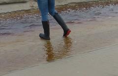 Beach fun (willi2qwert) Tags: wellies wellingtons women wasser wet water wave watt beach gummistiefel gumboots girl gummistövlar regenstiefel strand rubberboots rainboots