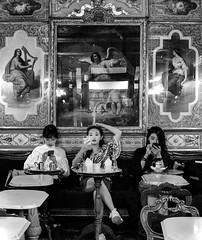 Las Tres Gracias: Twitter, Instagram y Facebook (Jesús Jiménez Domínguez) Tags: venecia venezia venice caffeflorian caffe florian café italia italy blackandwhite bandw blancoynegro streetphoto streetphotography fotocallejera calle street oriente orient chinese china arte art cultura culture pintura bar sanmarco veneto travel viaje turismo vacaciones hollidays