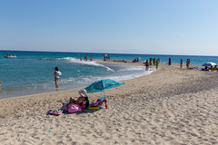 Touristen am Strand vom Cap Possidi (marcoverch) Tags: griechenland chalkidiki afytos kassandra greek urlaub beach strand sand sea meer seashore ocean ozean vacation ferien water wasser travel reise summer sommer leisure freizeit tropical tropisch relaxation entspannung recreation erholung sun sonne resort erholungsort shore ufer sky himmel island insel fun spas seaside mist children national history cars rainbow woods sunny pond touristen cappossidi