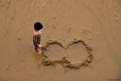 La duda - Doubt (ricardocarmonafdez) Tags: playa arena sand beach people niño child sunlight nikon d850 24120f4gvr streetphotography agua water lowtide