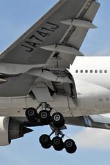 JL0043 HND-LHR (A380spotter) Tags: approach landing arrival finals shortfinals threshold wing leadingedgeslats flaps undercarriage landinggear maingear belly boeing 777 300er ja741j japanairlinescoltdjal jal jl jl0043 hndlhr runway27r 27r london heathrow egll lhr