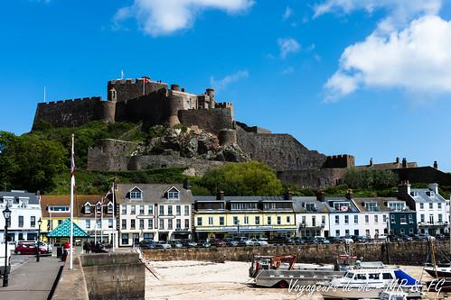 """Le château et le peuple de pécheurs • <a style=""""font-size:0.8em;"""" href=""""http://www.flickr.com/photos/151667760@N04/42086554885/"""" target=""""_blank"""">View on Flickr</a>"""
