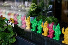 Fifteen fingers (Guillaume DELEBARRE) Tags: dwarfs canon 5dmarkiv 5d4 tamron2470f28 vitrine flashy colors statues kitch humour humor