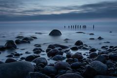 Blaue Stunde / blue hour (drummerwinger) Tags: rot glowe rügen ostsee blauestunde ndfilter langzeitbelichtung canon80d water stone steine strand beach sonnenaufgang