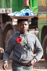 Water and a rose (10b travelling / Carsten ten Brink) Tags: 10btravelling 2018 africa africaine african afrika afrique carstentenbrink cotedivoire elfenbeinkueste iptcbasic ivorian ivorycoast korhogo senoufo senufo westafrica africain bottles carrying cmtb icarry ivoirien ivoirienne marche market north tenbrink vendor water woman
