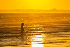 Busca la luz (Ignacio M. Jiménez) Tags: atardecer sunset seascape playa beach mar sea gente people niño kid ignaciomjiménez puntaumbria huelva andalucia andalusia españa spain