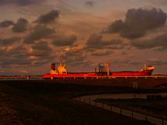 Sonnenuntergang am Jade-Weser-Port Wilhelmshaven - 3 (mohnblume2013) Tags: schiff wilhelmshaven nordsee anker meer