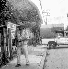 Señor de Chiltepec (con errores de revelado químico) (Marcos Núñez Núñez) Tags: señor sombrero yashicamat124g análogo fotografiaanalógica analogphotography streetphotography streetphotographer calle camioneta hat oaxaca chiltepec chinantecos chinantla mexico