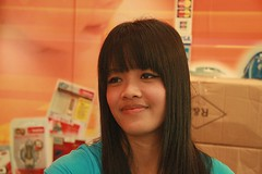 pretty sales clerk (the foreign photographer - ฝรั่งถ่) Tags: pretty girls woman sales clerk laksi plaza bangkok thailand canon