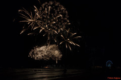 DSC_8450-6 (Piet Bink (aka)) Tags: vuurwerk fireworks scheveningen festival international avond zaterdag saturday evening night wedstrijd competition zee sea water lucht sky kleur kleuren colours schouwspel pier reuzenrad kurhaus boulevaar donker dark boat ponton
