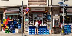 Das Stadtviertel, wo ich lebe (41) (Janos Kertesz) Tags: beer bier kiosk maxvorstadt münchen munich bayern bavaria city building street architecture urban culture grunge blue tourism town europe