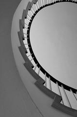 Curvy model (Elbmaedchen) Tags: treppenhaus ausschnitt sw blackandwhite staircase hamburg grindelviertel architektur architecture geländer zackig curvy
