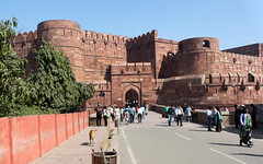 agra red fort walls (kexi) Tags: agra india asia uttarpradesh mughal old ancient walls red sandstone fort fortifications redfort people blue sky entrance canon february 2017 perspective gate