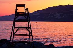 Atadecer solitario (Eduardo Guerra Claros) Tags: naranja tarde mar vacaciones detallearquitectónico descansar calor mobiliario verano viaje trabajadores detallesdecasa silla guardacostas cieloanaranjado playa