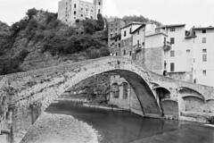 Dolceacqua ed il suo bel ponticello (sirio174 (anche su Lomography)) Tags: dolceacqua liguria ponte ponticello bridge borgo italia italy rivieradiponente pentaxmg ilfordhp5