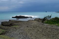 Plage à proximité du pont de Sanxiantai (2) (8pl) Tags: sanxiantai galets plage taïwan mer ciel paysage seascape océan eau baie roches vagues buisson bleu 三仙台