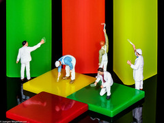 Macro Mondays #Multicolor - Letzte Ausbesserungen (J.Weyerhäuser) Tags: multicolor macromondays hmm tinypeople preiser h0 187 radiergummi rot gelb grün red yellow green maler painter