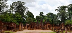 Angkor: Banteay Srei (Citadelle des femmes) (Яeиée) Tags: angkorvat angkorthom sanctuaire cambodge asie temples preahkhan taprohm siemreap baphuon bayon angkor khmer architecture patrimoines angkorlamerveilleuse banteaysrei bouddhisme hindouisme fromager takeo phimeanakas banian