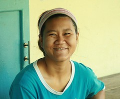 nice smile (the foreign photographer - ฝรั่งถ่) Tags: woman lady khlong thanon portraits bangkhen bangkok thailand canon