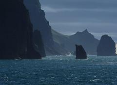 Au large de Vestmannaeyjar/Off Vestmannaeyjar (bd168) Tags: volcan volcano seabirds oiseaux sea seascape bay mountain sky em10markii olympus m14150mm f4056 ii island île falaises cliffs