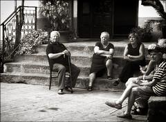 Soirée italienne.../ Italian evening... (vedebe) Tags: hommes humain human people femme noiretblanc netb nb bw monochrome ville city rue street urbain urban urbanarte escaliers